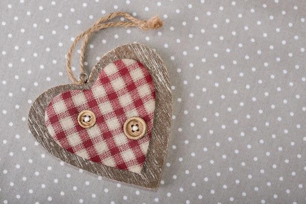 Coração de madeira em algodão