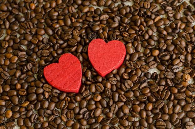 Coração de madeira no fundo de grãos de café