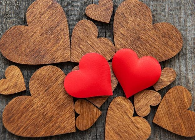 Coração de madeira vermelho em um coração de madeira