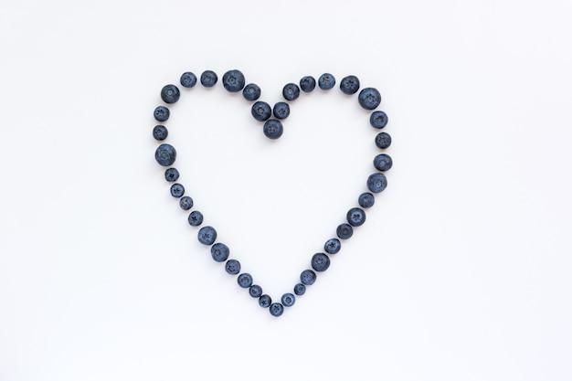 Coração de mirtilos saudáveis em um fundo branco
