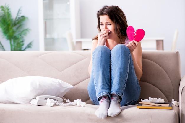 Coração de mulher quebrada no conceito de relação