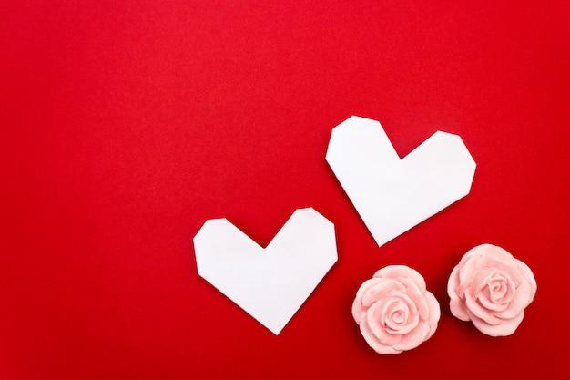 Coração de origami, cartão postal de vlantin, é fundo vermelho