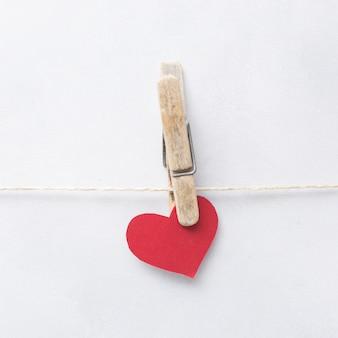 Coração de ornamento com pino pendurado no thread