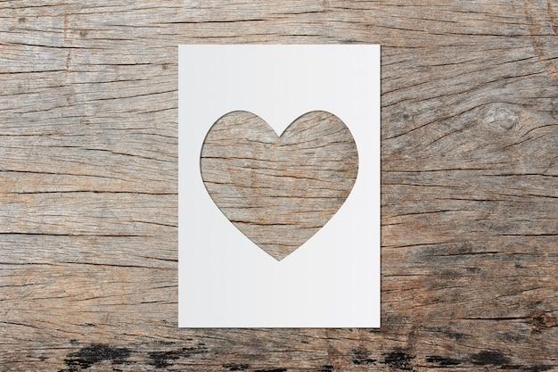 Coração de papel arte e espaço para texto em fundo de madeira