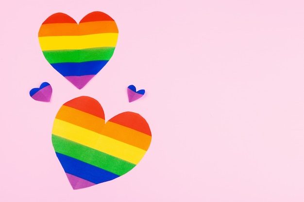 Coração de papel de arco-íris na vista superior do papel
