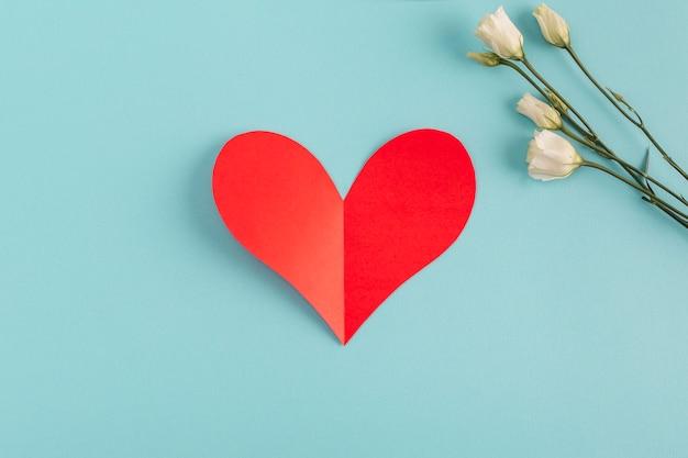 Coração de papel e flores frescas