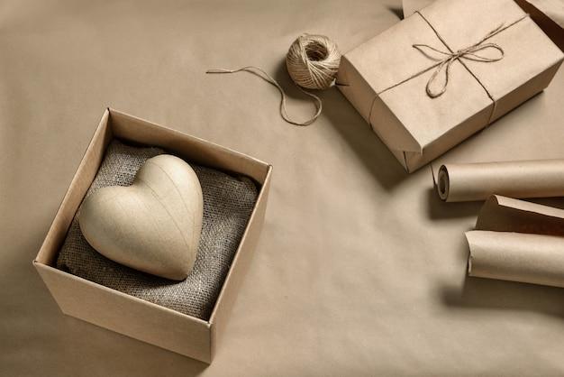 Coração de papel machê em uma caixa de papelão. fazer um presente de artesanato para o dia dos namorados.