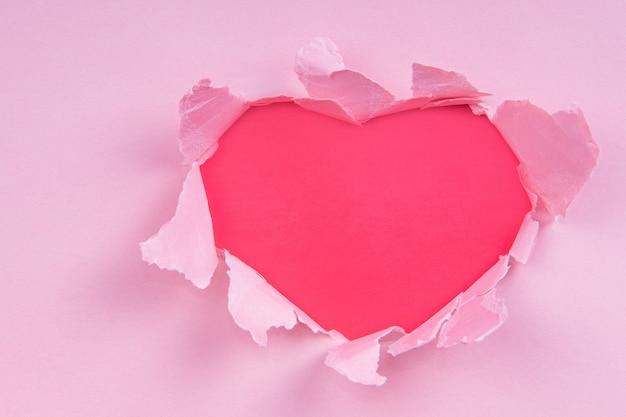 Coração de papel rasgado vermelho com lugar para texto