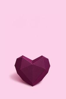 Coração de papel volumétrico de cor roxa. cartão ou convite para cartões de casamento ou dia dos namorados