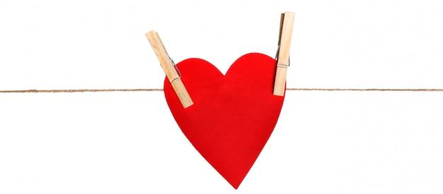 Coração de papelão na corda com prendedor de papel