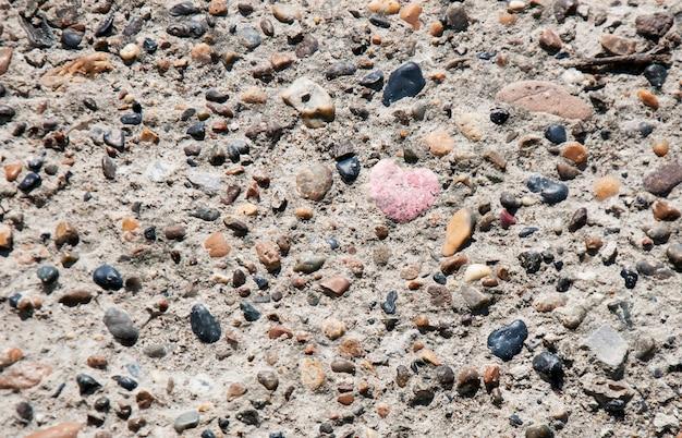 Coração de pedra entre multi colorido pedras naturais fundo