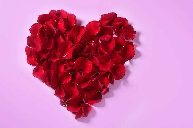 Coração de pétalas vermelhas, metáfora de flores de dia dos namorados