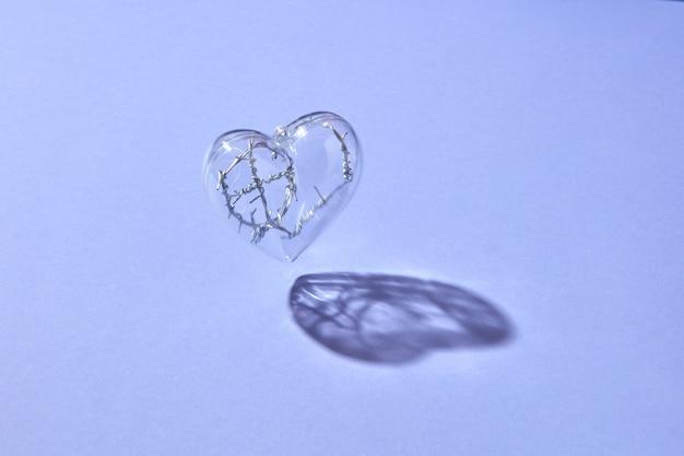 Coração de plástico transparente transparente com arame trançado dentro voando