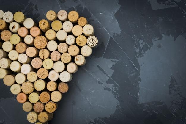 Coração de rolhas de vinho em uma pedra negra