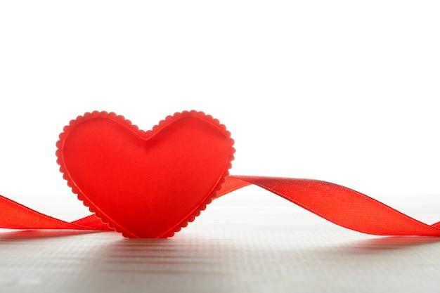 Coração de tecido pequeno e fita na mesa