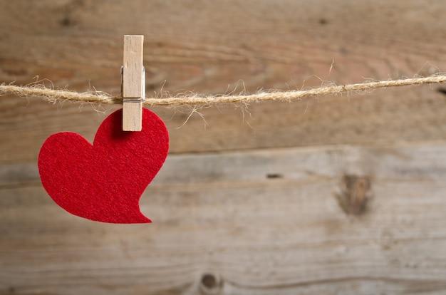 Coração de tecido vermelho pendurado em um varal