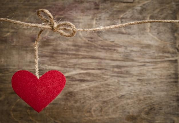 Coração de tecido vermelho pendurado no varal