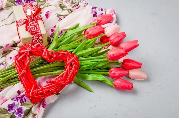 Coração de vime, caixa de presente e tulipas