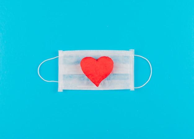 Coração de vista superior em uma máscara médica. horizontal
