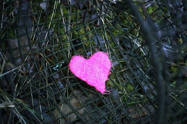 Coração decorativo colorido no antigo fundo de peneira de ferro rústico. foto conceitual.