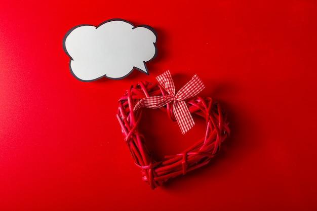 Coração decorativo dos namorados feito de galhos com bolha de texto