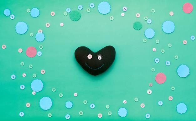 Coração decorativo em um fundo festivo.