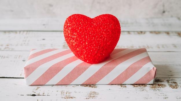 Coração decorativo perto da caixa de presente