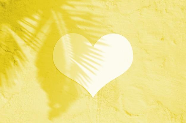 Coração dia dos namorados em branco iluminando a cor pantone do ano de 2021.