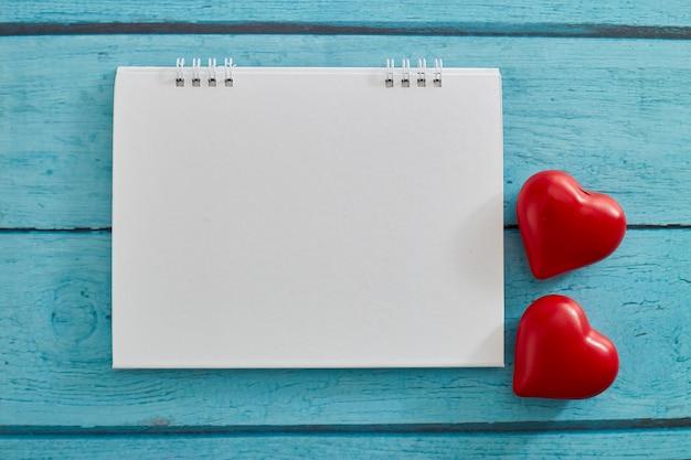 Coração do amor e calendário vazio