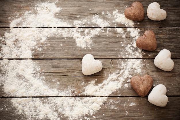 Coração do biscoito em fundo de madeira