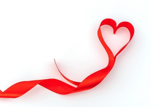 Coração do valentim. fita de seda vermelha. símbolo do amor.