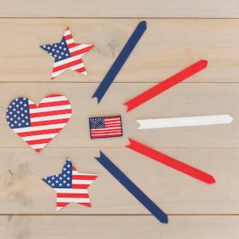 Coração e estrelas na cor da bandeira americana e listras na superfície de madeira