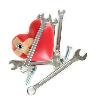 Coração e ferramentas. conceito: renovação do coração. isolado no branco