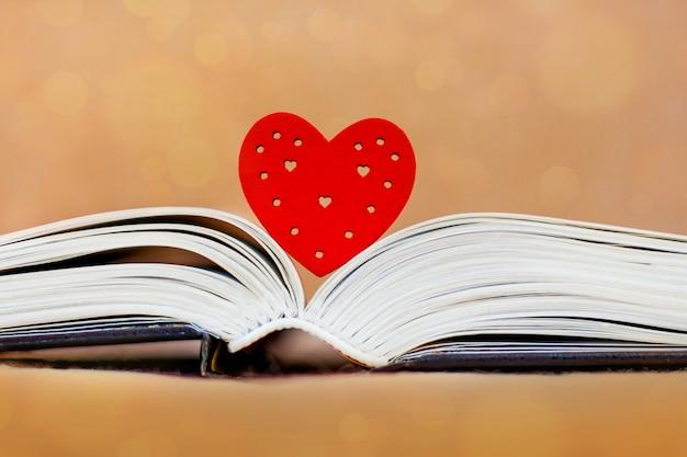 Coração e livro desdobrado, bíblia