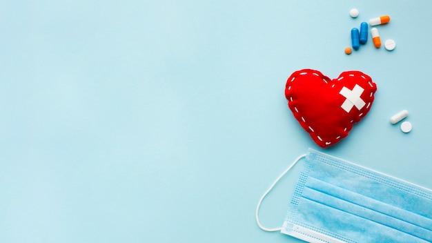 Coração e máscara de poeira médica cópia espaço