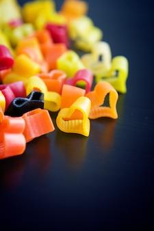 Coração em forma de massa colorida na mesa preta