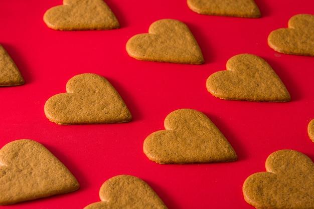 Coração em forma de padrão de cookies na superfície vermelha conceito de dia dos namorados e dia das mães