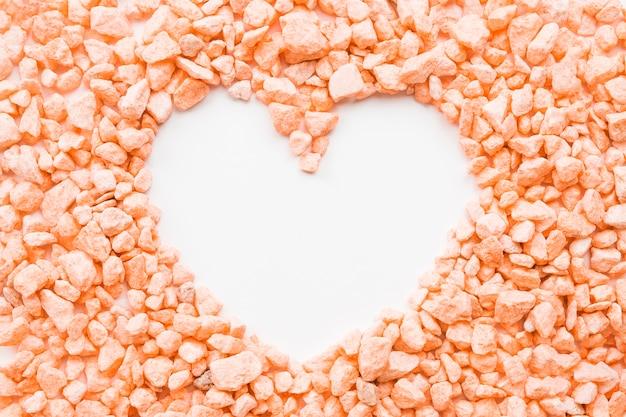 Coração em pedras de pessegueiro Foto gratuita