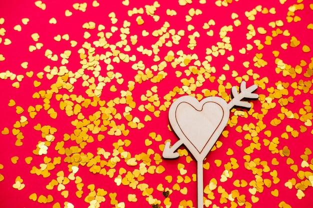 Coração em uma mesa vermelha como um sinal de dia dos namorados.
