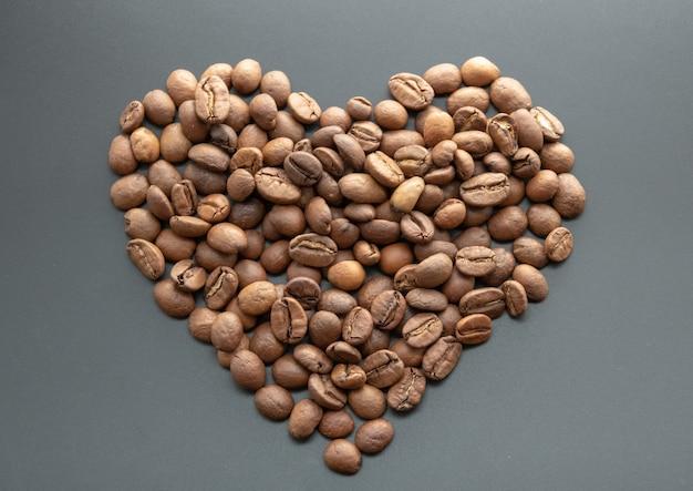 Coração feita de grãos de café no preto