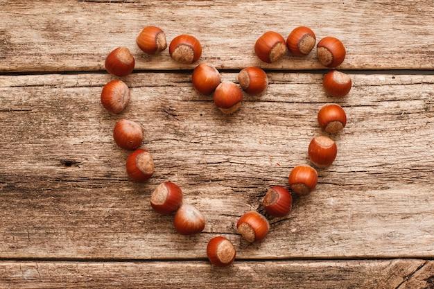 Coração feito de avelã em madeira