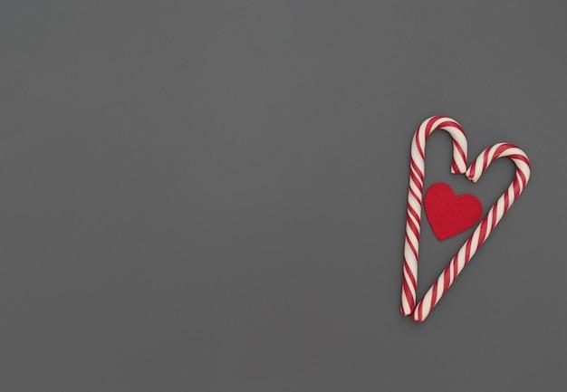 Coração feito de bastões de natal com um coração vermelho