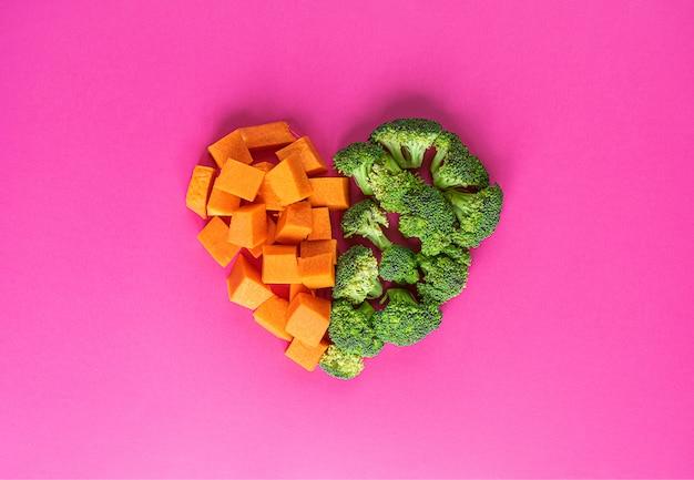 Coração feito de brócolis e abóbora. super comida. brócolis e abóbora prontos para cozinhar. com especiarias, alecrim e sementes de abóbora.
