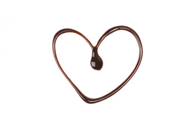 Coração feito de chocolate derretido isolado no branco