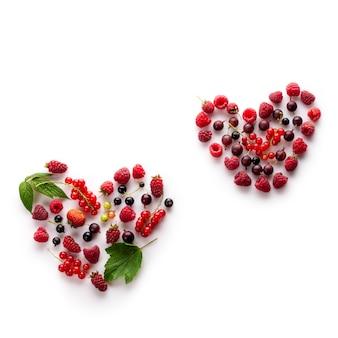 Coração feito de diferentes frutas frescas como um símbolo de amor para o conceito de comida saudável vegan cru