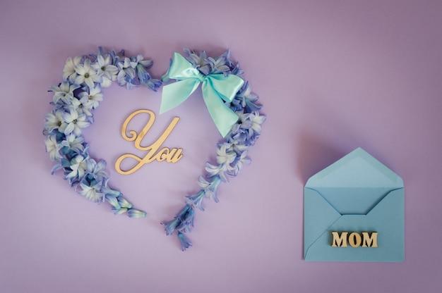 Coração feito de flores de jacinto