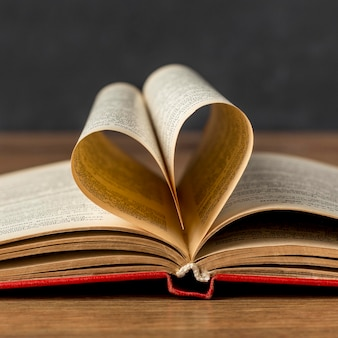 Coração feito de folhas de livro