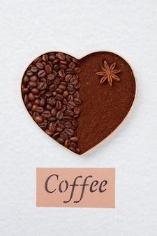 Coração feito de grãos de café e café instantâneo. símbolo decorativo do amor. isolado na superfície branca