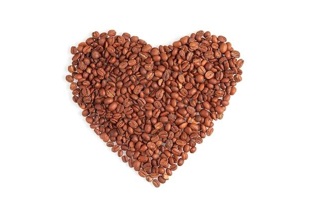 Coração feito de grãos de café isolado no fundo branco