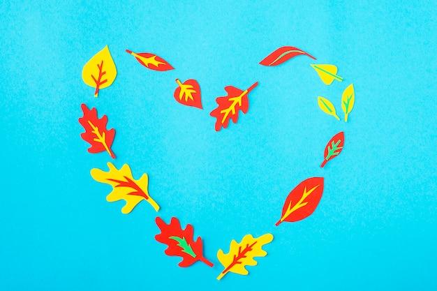 Coração, feito, de, papel, applique, de, outono sai, ligado, um, experiência azul